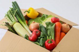 野菜が入った段ボール