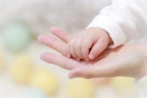 手と手をとる写真