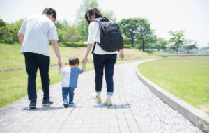 親子が手をつないで歩いている写真